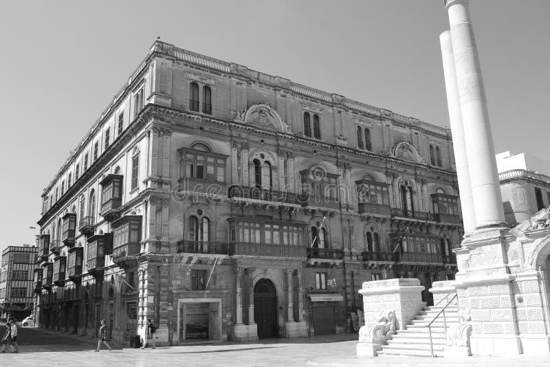 En härlig typisk gammal byggnad i Valletta, huvudstaden av Malta royaltyfri bild
