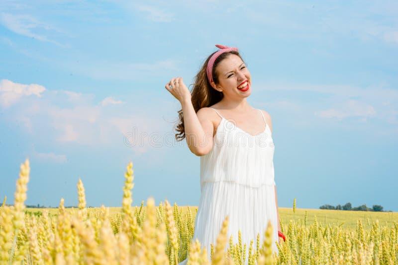 En härlig ung kvinna på ett vetefält royaltyfria foton