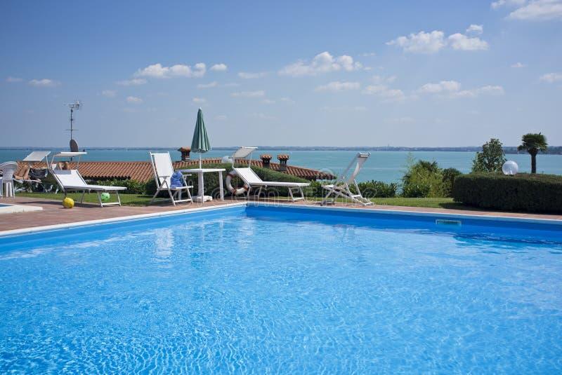 En härlig utgångspunkt med simbassängen royaltyfri fotografi