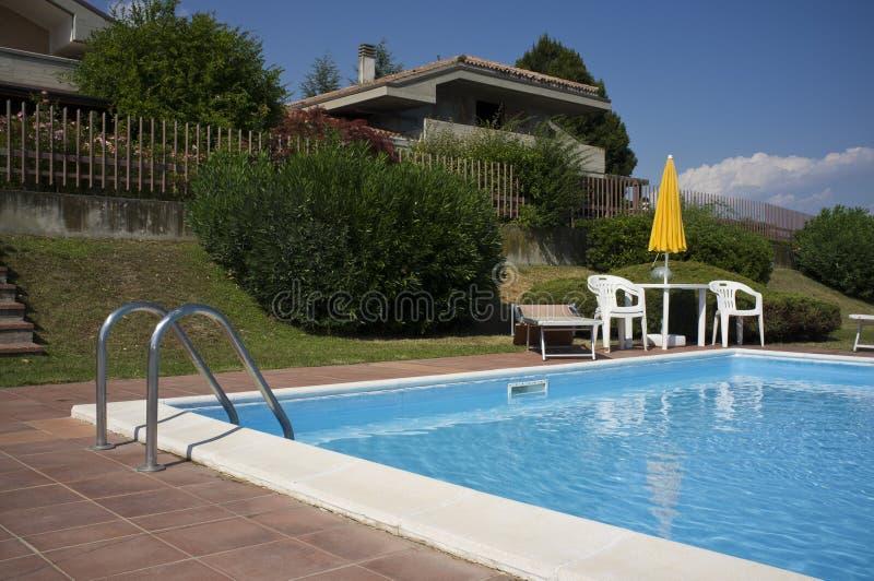 Download En Härlig Utgångspunkt Med Simbassängen Arkivfoto - Bild av simning, trädgård: 27288390