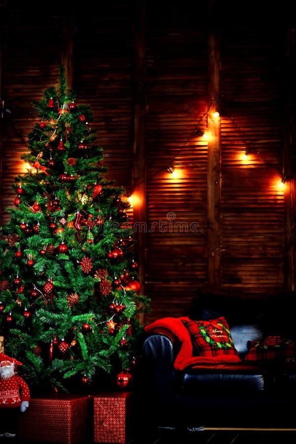 En härlig vardagsrum som dekoreras för jul fotografering för bildbyråer