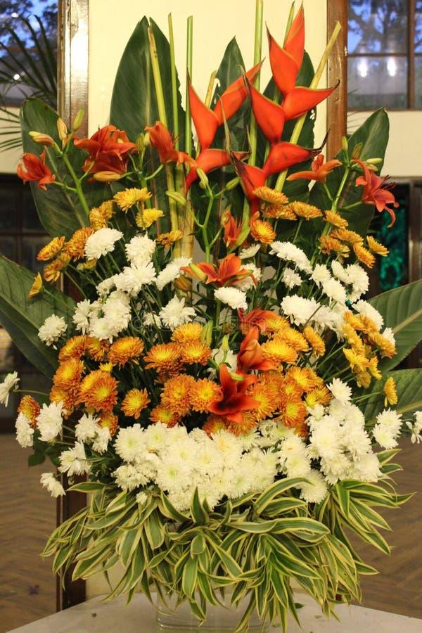 En härlig vibrerande färgrik blommabukett royaltyfri fotografi