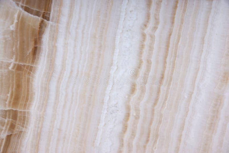En härlig vit sten med bruna band kallade Onyx royaltyfria bilder