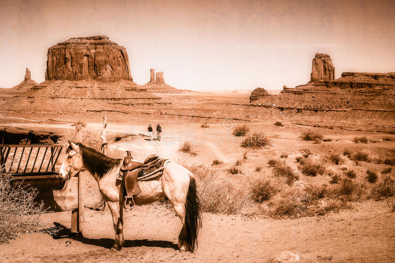 En häst i vilda västernplatsen i monumentdalen - konstnärligt begrepp för tappningblick royaltyfri fotografi