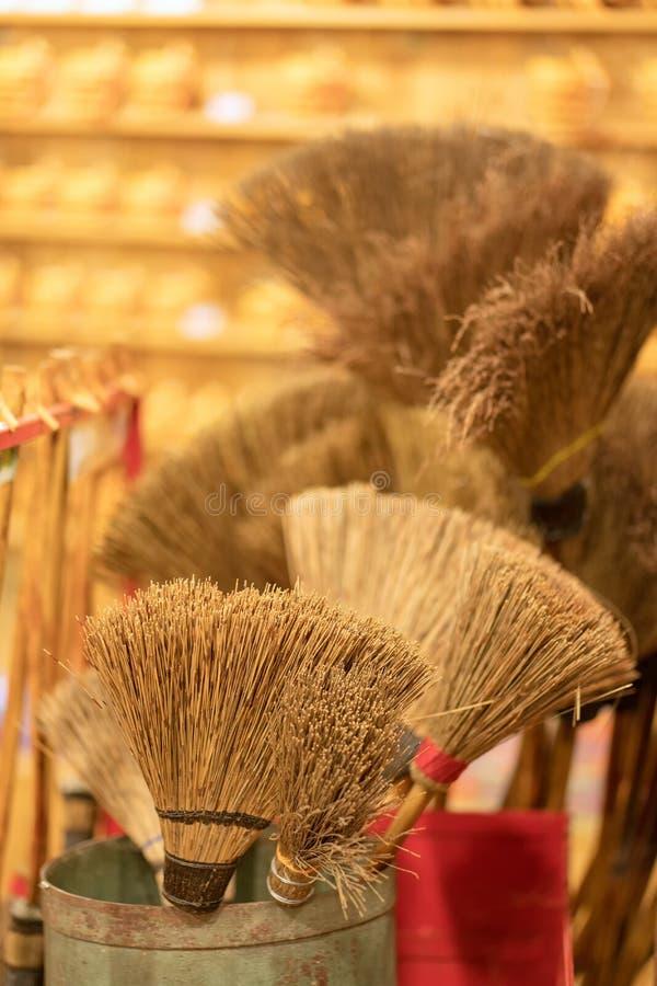 En hög av bambukvaster i den till salu marknaden Bakgrund för textur royaltyfri foto