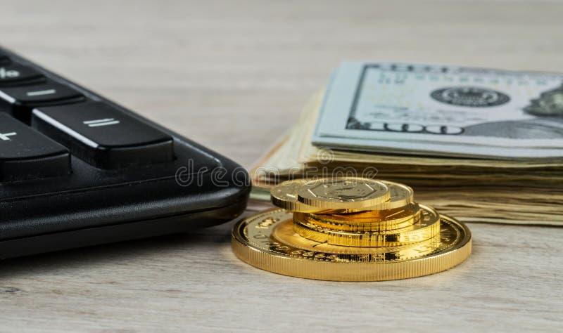 En hög av guld- mynt, dollarräkningar och en räknemaskin fotografering för bildbyråer