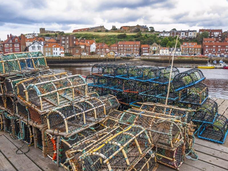 En hög av hummerkrukor uppställda på den Whitby hamnen royaltyfri foto