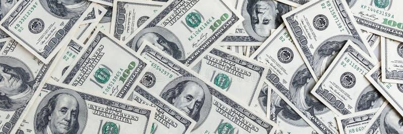 En hög av hundra USA-sedlar Kassa av hundra dollarräkningar, dollarbakgrundsbild arkivfoto