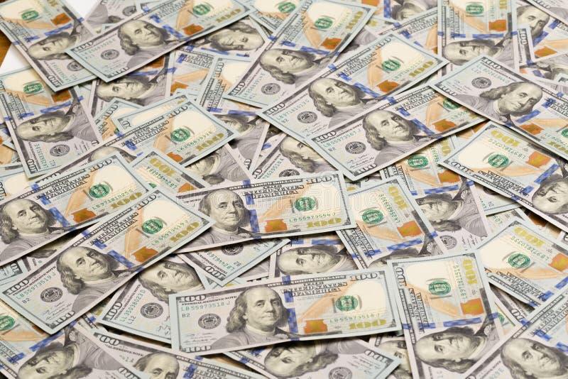 En hög av hundra USA-sedlar med presidentstående Kassa av hundra dollarräkningar, dollarbakgrundsbild med höjdpunkt fotografering för bildbyråer