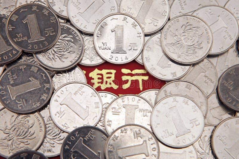 En hög av kinesiska mynt royaltyfria bilder