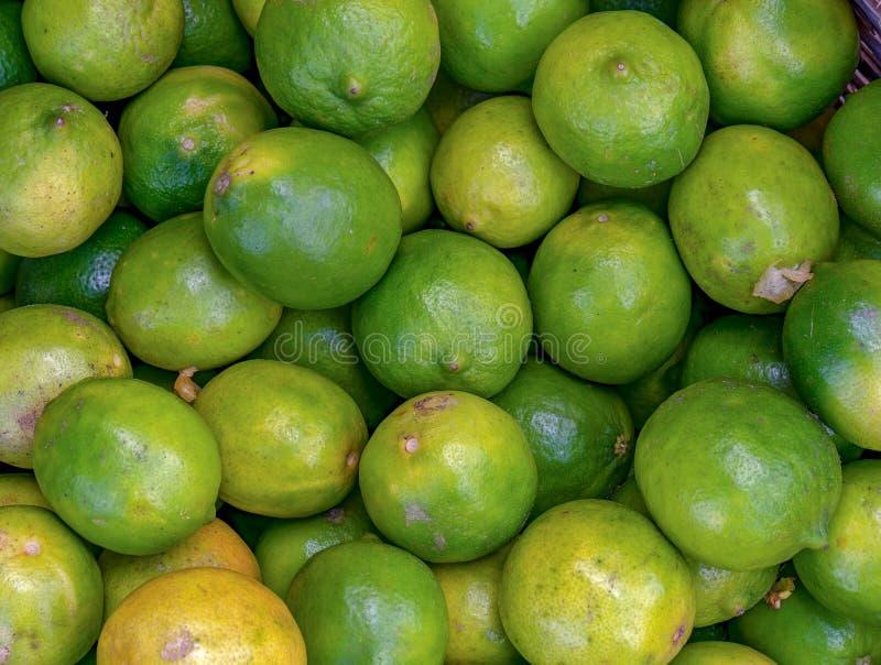 En hög av limefrukter i en marknad arkivbild
