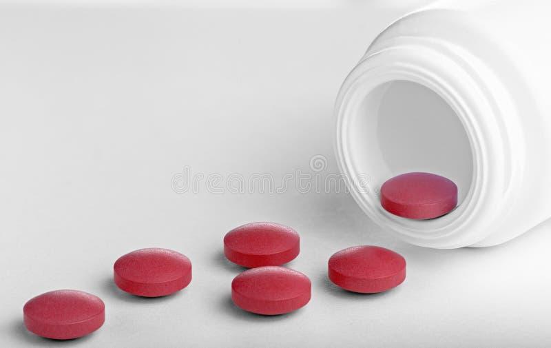 En hög av medicinska piller på en vit bakgrund Hälsovård och behandling i rätt tid arkivfoto