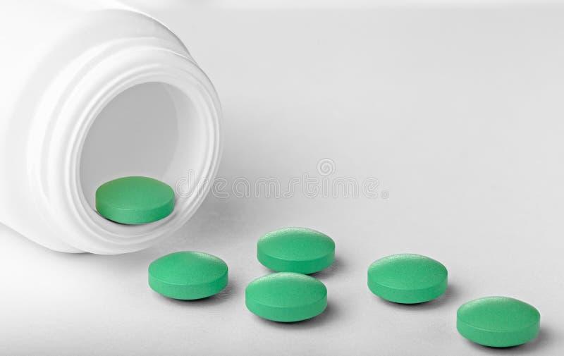 En hög av medicinska piller på en vit bakgrund Hälsovård och behandling i rätt tid arkivfoton