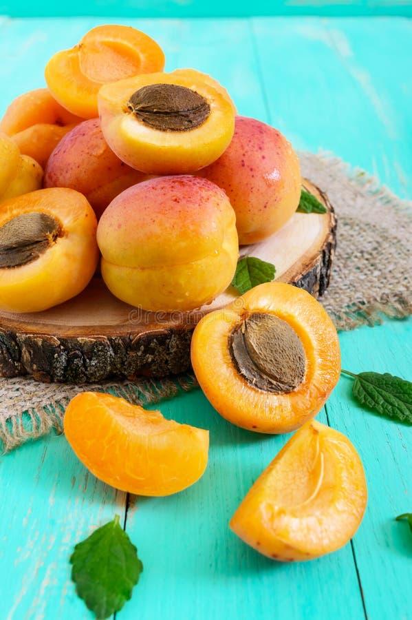 En hög av mogna saftiga aprikors på en ljus bakgrund royaltyfria bilder