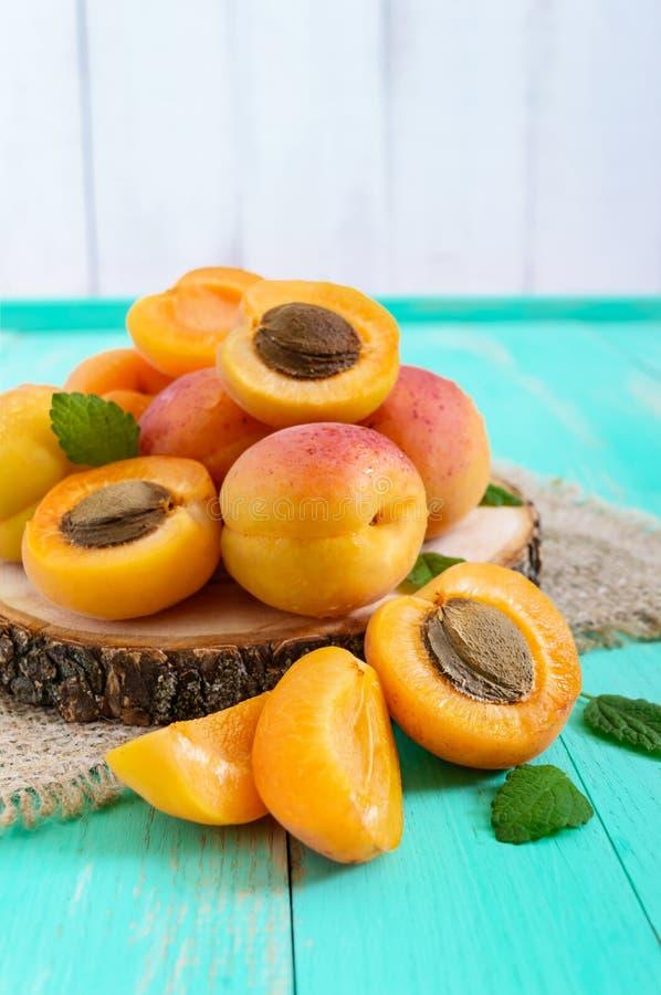 En hög av mogna saftiga aprikors på en ljus bakgrund royaltyfri bild