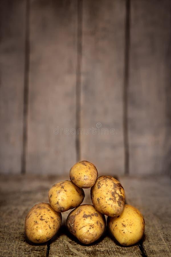 En hög av nya potatisar arkivfoto