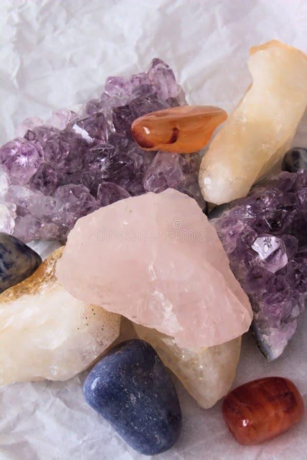 En hög av olika Halv-dyrbara Gemstones arkivbilder