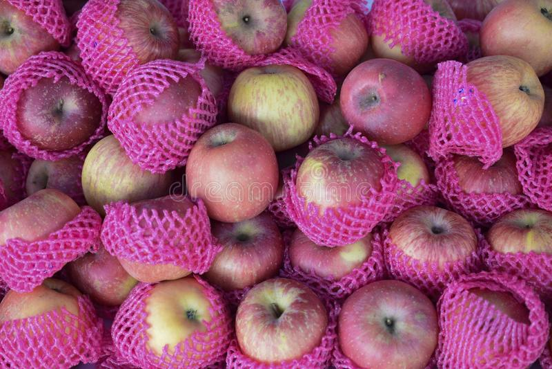 En hög av röda äpplen i marknaden arkivbilder