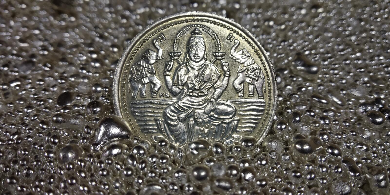 En hög av rent silvermynt och silverkärnor arkivfoton