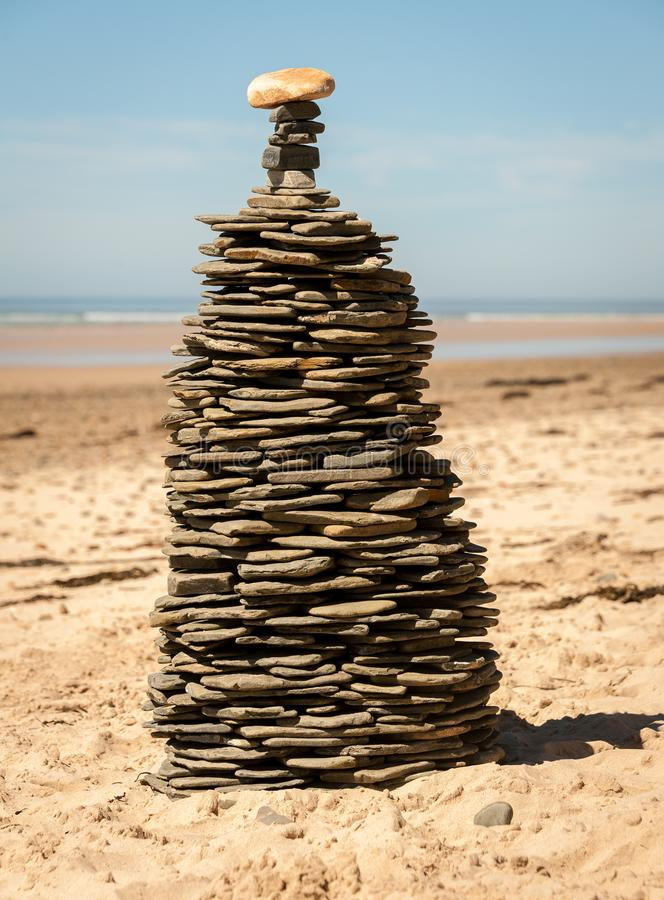 En hög av staplade kiselstenar på stranden royaltyfri bild