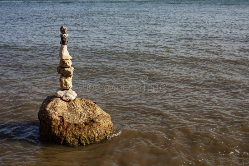 En hög av stenar i floden fotografering för bildbyråer