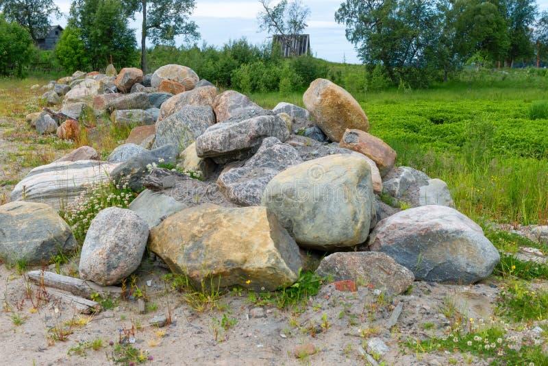 En hög av stora stenar på kusten av det vita havet royaltyfri fotografi