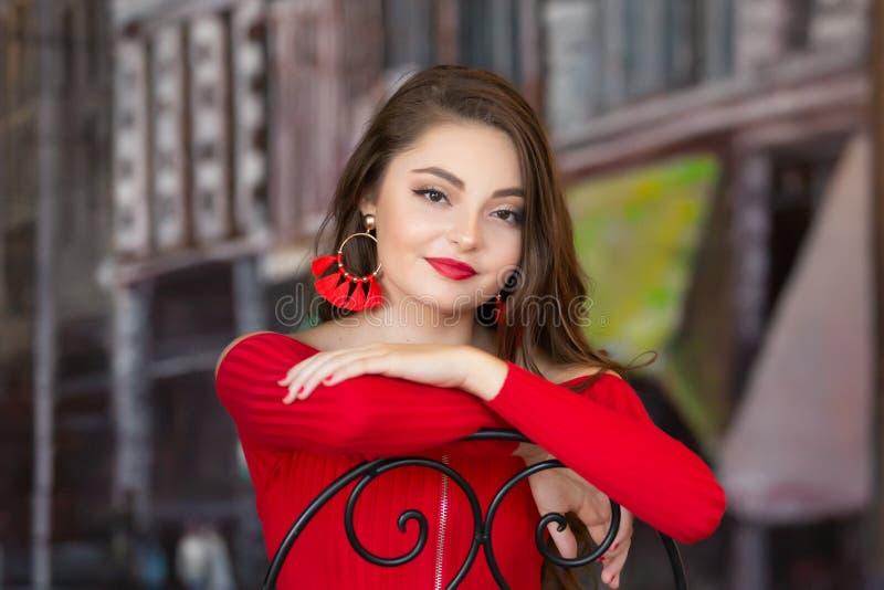 En hög flicka för härlig kvinnlig caucasian högstadium i röd skördöverkanttröja royaltyfri foto