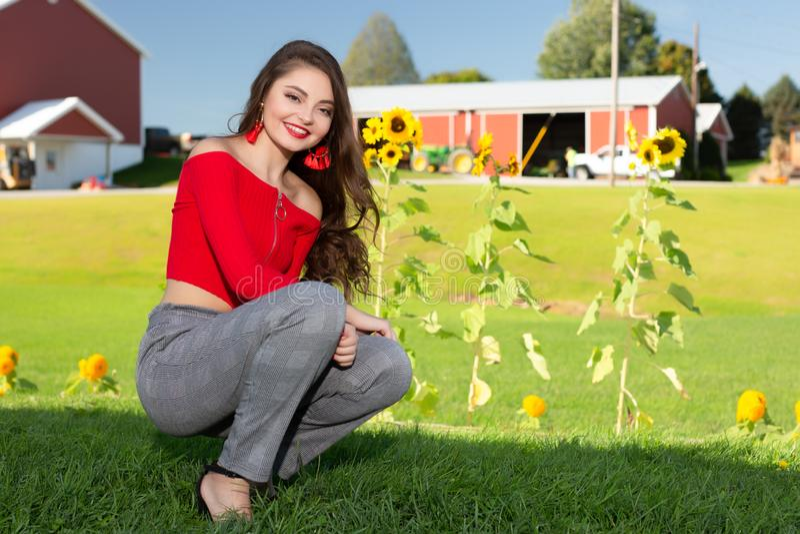 En hög flicka för härlig kvinnlig caucasian högstadium i röd skördöverkanttröja arkivbild