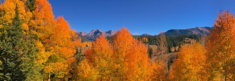 En hög kabin som omges av vibrancen av nedgången på Molas, passerar Colorado fotografering för bildbyråer