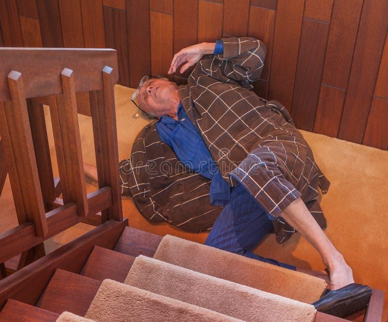 En hög man avverkar ner trappan arkivfoto
