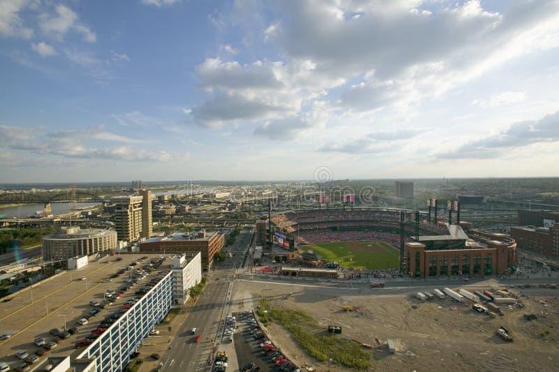 En högstämd sikt av den tredje Busch Stadium och Stet Louis, Missouri, var Pittsburgh Piratestakten världsserien 2006 tuggar ljud arkivbild