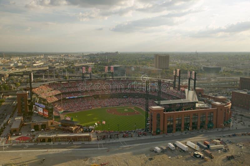 En högstämd sikt av den tredje Busch Stadium, St Louis, Missouri, var Pittsburgh Piratestakten världsseriemästaren 2006 arkivbilder