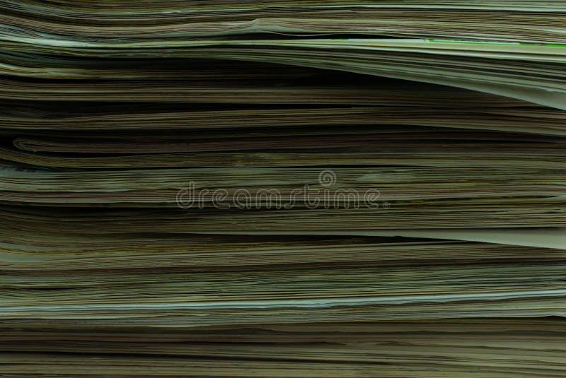 En h?g av tidningar royaltyfri bild