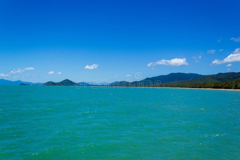 En h?rlig tropisk strand med palmtr?d i nordliga Australien, cliftonstrand, queensland, Australien royaltyfri foto