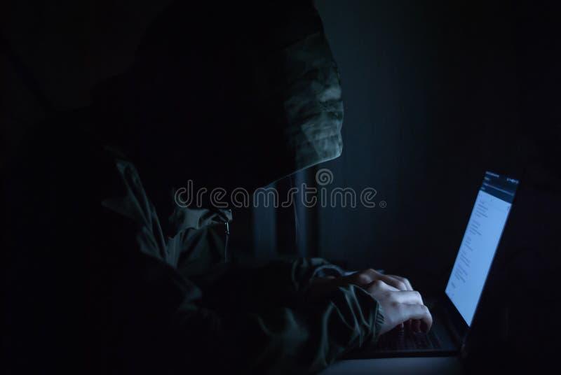 En hacker är i en uppsättning av svarta vattenfärger på framdelen Säkerhetsbegrepp av information om cybersäkerhet royaltyfri bild