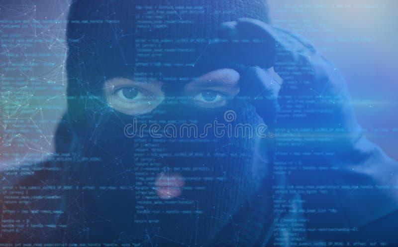 En hacker med spyware som cybercrimebegrepp arkivbild