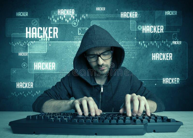 En hacker med tangentbordet och exponeringsglas royaltyfri bild