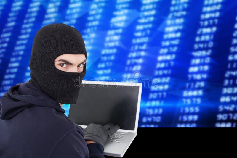 En hacker som använder en bärbar dator med en blå digital bakgrund royaltyfri illustrationer