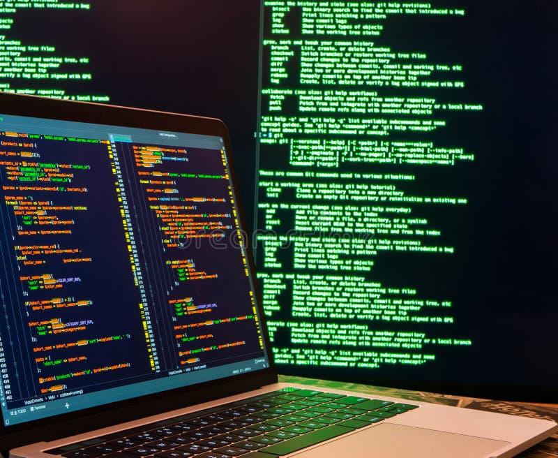 En hacker som stj?ler l?senordet och identiteten, datorbrott Massor av siffror p? datorsk?rmen royaltyfri bild
