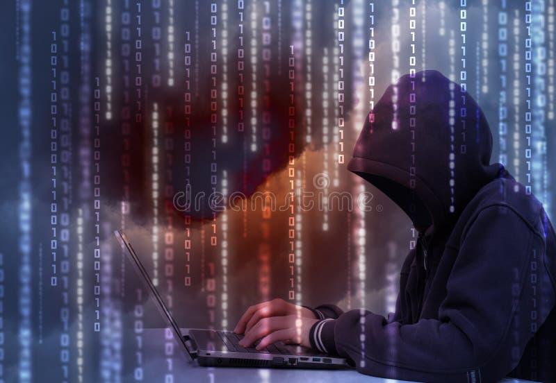 En hacker stjäler data arkivbild