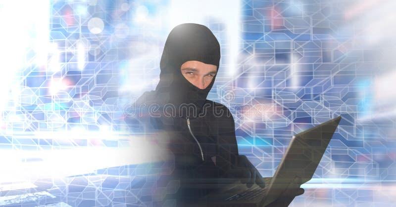 En hackerbalaclavaman på bärbara datorn med geometrisk stadsövergång royaltyfria bilder