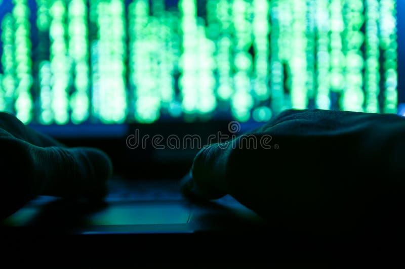 En hackerhänder som försöker, bryter in till systemet fotografering för bildbyråer