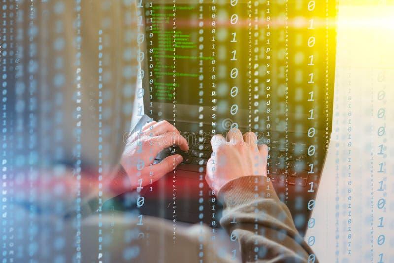 En hackerprogrammerareblicken på skärmen och skriver informationen om programkodhackan och användarekontot royaltyfri fotografi