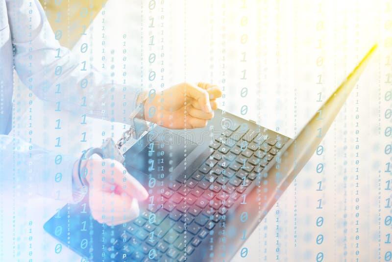 En hackerprogrammerareblicken på skärmen och skriver informationen om programkodhackan och användarekontot royaltyfria foton