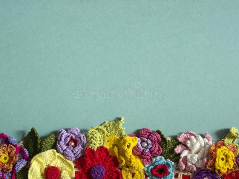 En halsband av kulöra virkade blommor royaltyfria foton