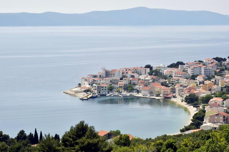 En halvö med hus i kusten av Kroatien arkivbild