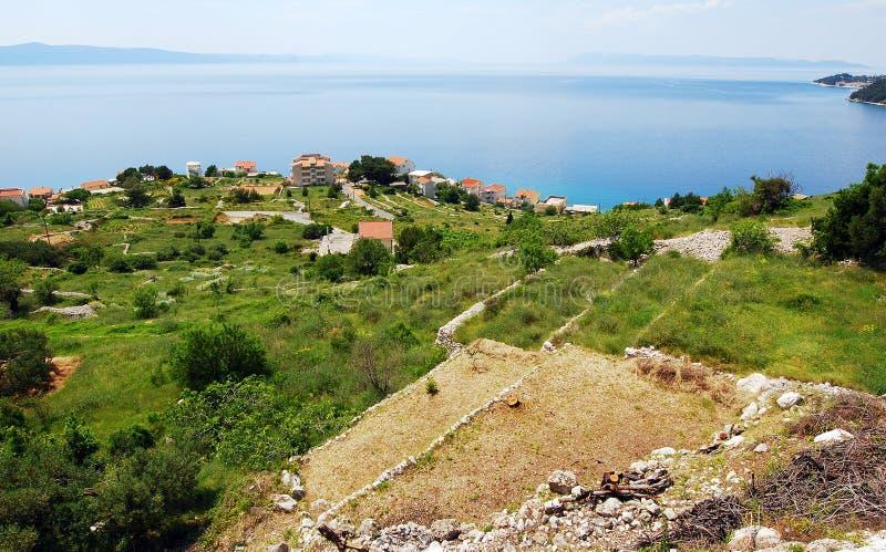 En halvö med hus och fartyg i kusten av Kroatien royaltyfria bilder