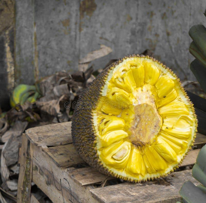 En halva som överst skivas av jackfruit med unik och söt arom av det wood tabellfotoet som tas i Bogor Indonesien arkivbild