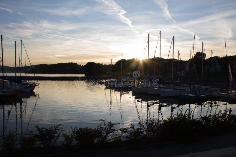 En hamn under soluppsättningen royaltyfri foto