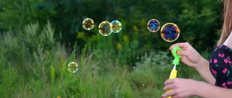 En hand av flickatvålbubblor arkivbilder